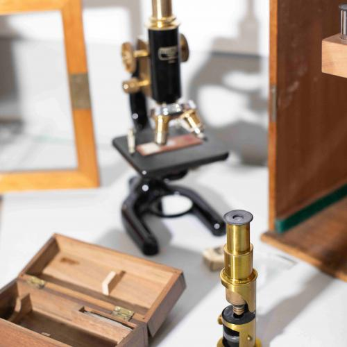 This portable microscope is recorded as having been given to St Albans Museums by Miss E. Gibbs, daughter of one of the founders of the museum A.E. Gibbs.